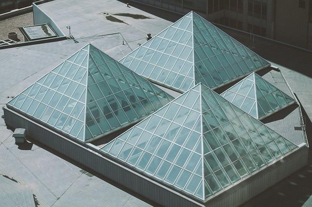 skleněné pyramidy