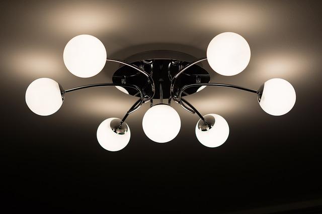 lustr na stropě